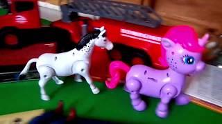 Cavalos e cachorros de brinquedo movidos a pilha para crianças em português