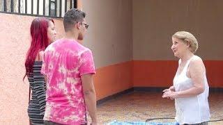 """Vovó pede ajuda para montar piscina e """"netinha"""" rouba a cena"""